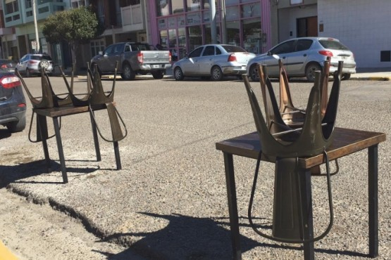 Restaurantes sacaron mesas afuera con sillas al revés como modo de protesta