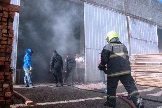 El fuego se originó en la maderera Tolhuin. (Foto: L.F.)
