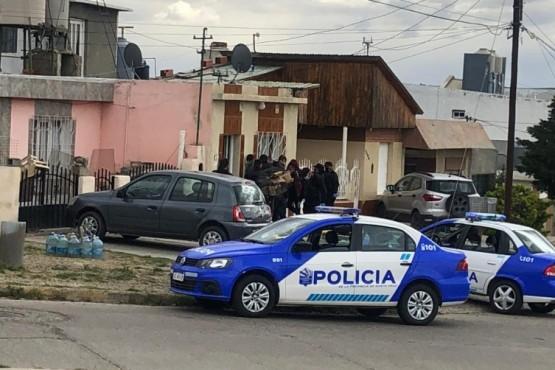 Dos jóvenes a los tiros en plena calle