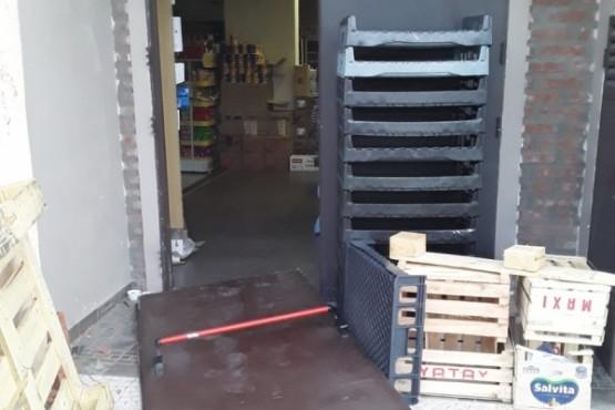 Rompieron una puerta y robaron 12 celulares de un comercio