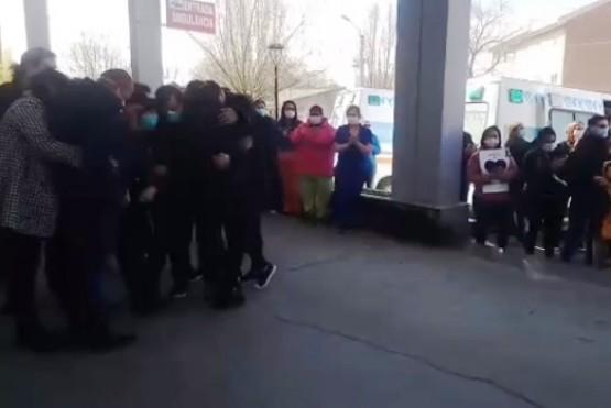 Entre sirenas y aplausos: el último adiós al enfermero que falleció por Covid-19