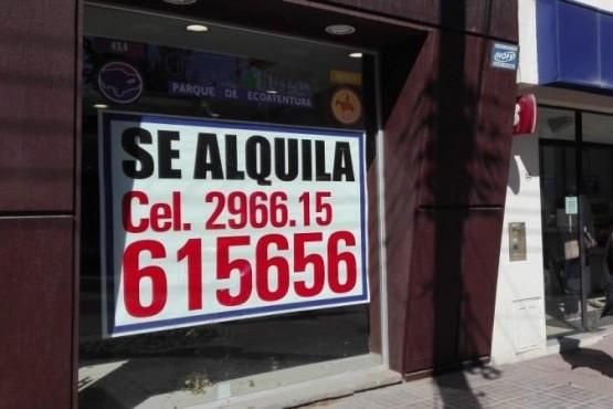 Locales cerrados o puestos en alquiler en las calles de El Calafate.