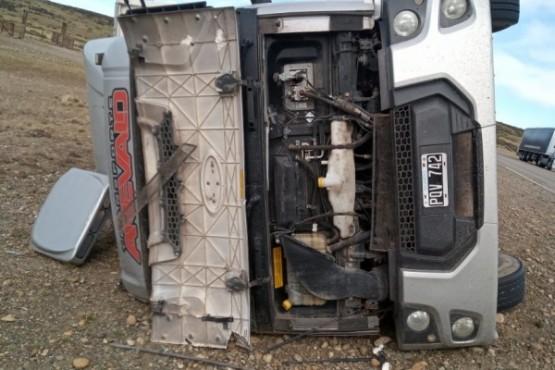 El camión terminó su recorrido sobre uno de sus laterales.