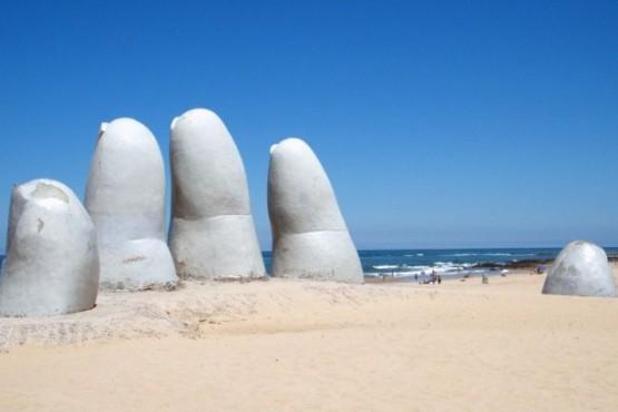 Cómo es el pasaporte sanitario que utilizará Uruguay para los turistas en el verano