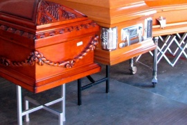 Una funeraria dejó en el suelo a un fallecido porque su familia no pudo pagar el funeral