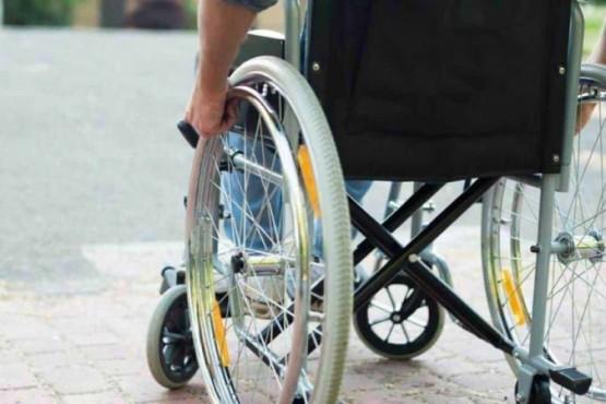 Puso a su abuelo muerto en una silla de ruedas y lo llevó al banco para cobrar su pensión
