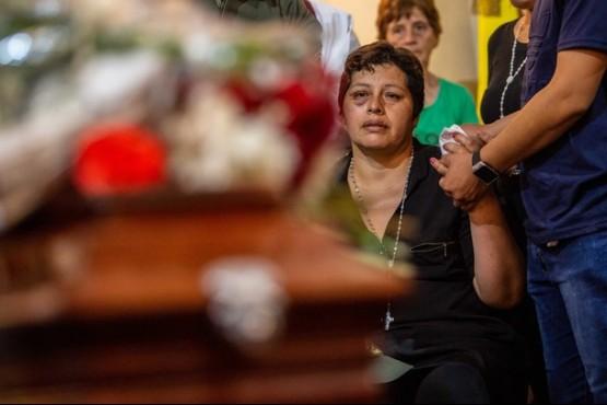 María en la despedida de los restos de Santino. (Foto: El Tribuno de Salta)