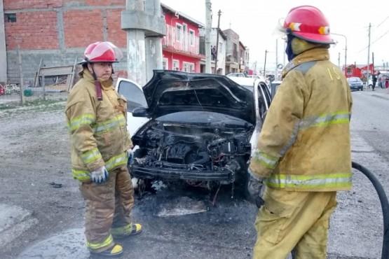 Un vehículo se prendió fuego (Foto: Cristian González)