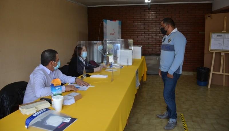 La votación se realiza en el Consulado de Chile. (Cristian Robledo)