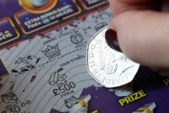 Se puso a limpiar su casa, encontró un billete de lotería y se hizo millonarioE
