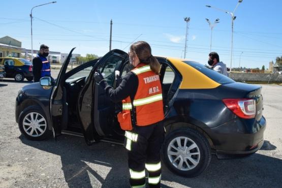 Dirección de Transporte controló actualización de tarifas de taxis en la Terminal de Ómnibus