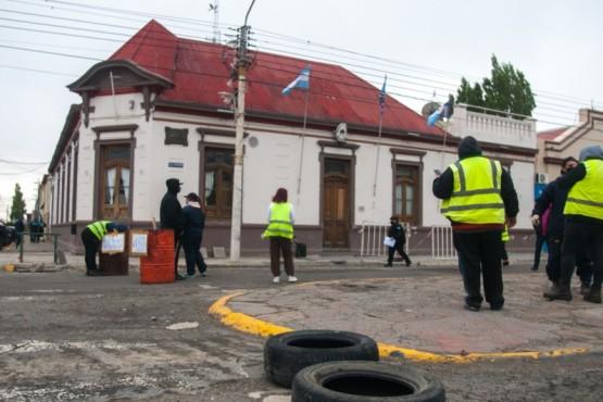 Los ex trabajadores afuera de la Comuna (Foto: L.Franco).