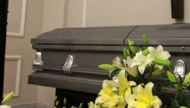 Estaban velando a su abuelo pero encontraron el cuerpo de una mujer en el cajón