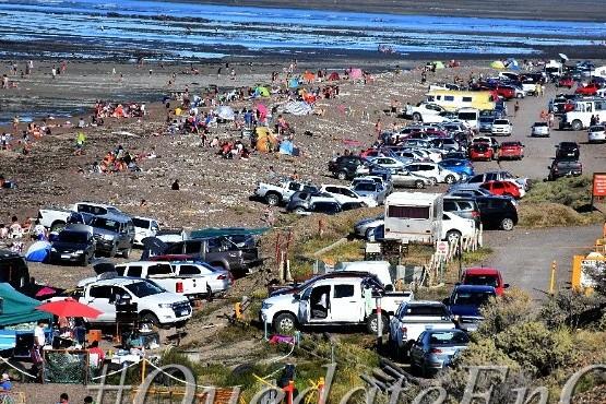 Cientos de personas en la playa de Caleta Olivia
