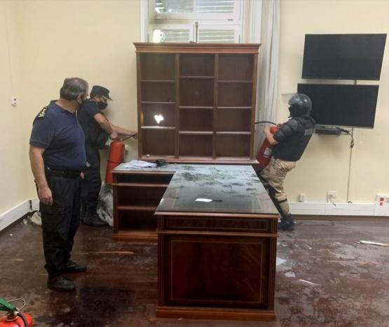 Violentos atacaron y provocaron incidentes en Casa de Gobierno