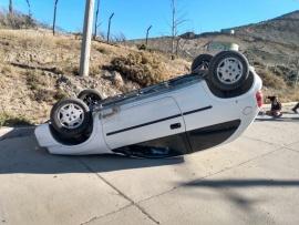 Perdió el control del vehículo y terminó volcando