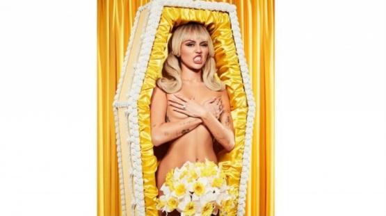 El desnudo de Miley Cyrus adentro de un ataúd