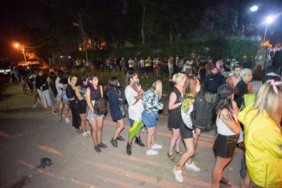 Desbaratan fiesta clandestina con más de 300 personas