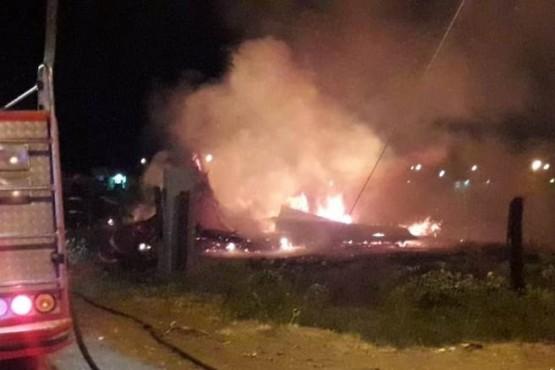Se prendió fuego un auto y una vivienda