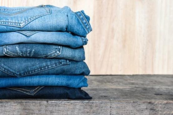 Cómo doblar una camisa y un jean
