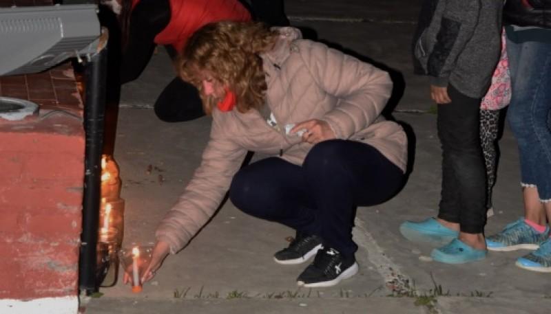 Se encendieron velas en el monumento del Cementerio.
