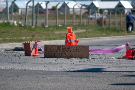 Cartel colocado tras tapar el bache (Foto: L. Franco).