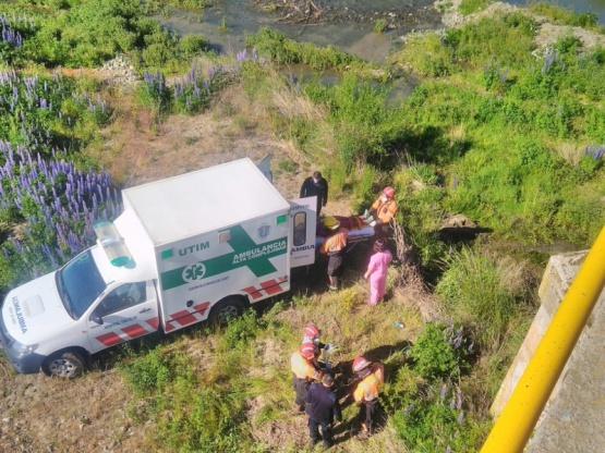 Mujer cayó al vacío desde un puente
