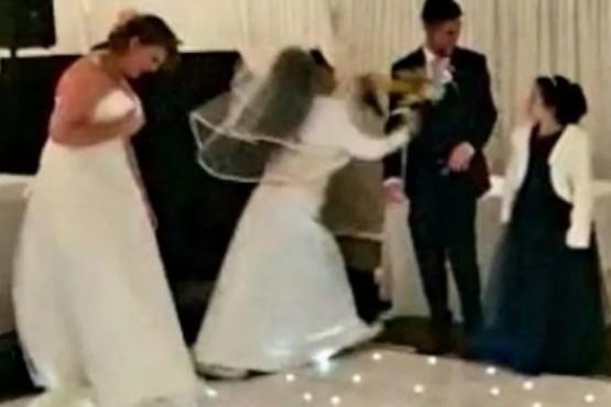 Se vistió de novia e interrumpió el casamiento de su ex
