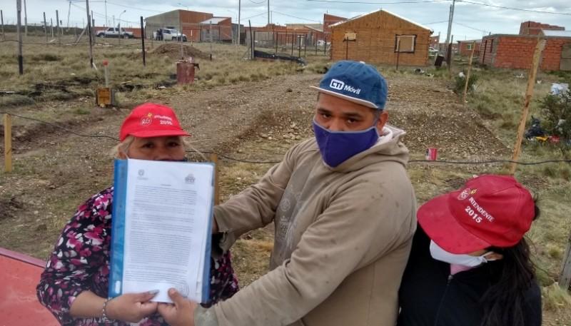 Propietarios de terrenos exhibiendo sus papeles de propiedad. (Foto: C.G.)