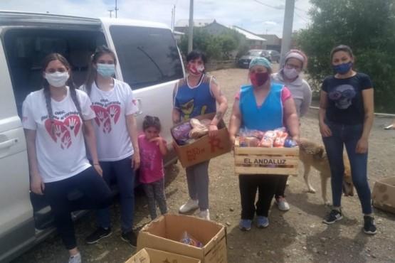 Juntan y buscan alimentos para armar bolsones y repartir en los barrios de Río Gallegos
