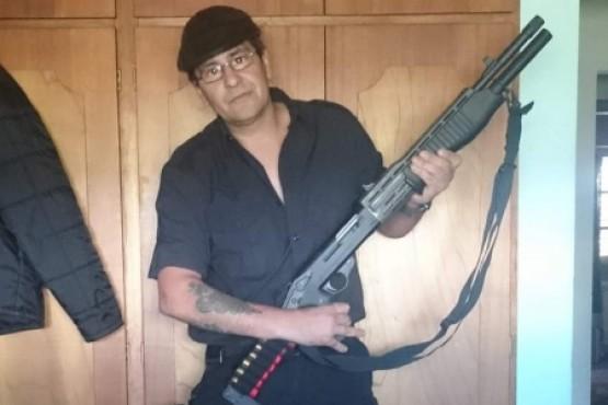 En su perfil de Facebook, Puebla se mostraba con un arma de fuego.