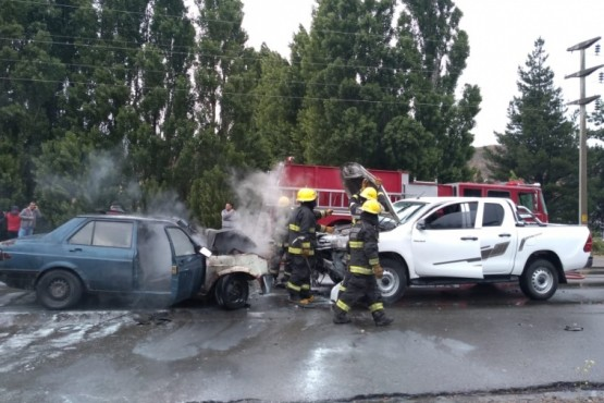 Choque frontal, auto incendiado y tres heridos