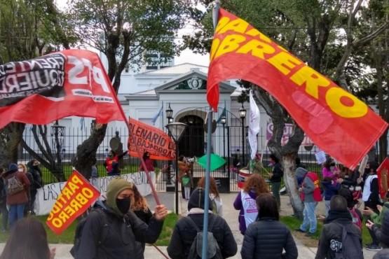Hubo acto y micrófono abierto frente a Casa de Gobierno. (C. González)