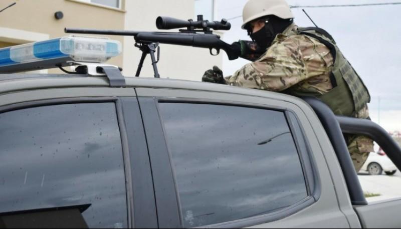 El francotirador es el que le pasa información al negociador.