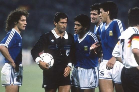 Maradona le reclama a Codesal.