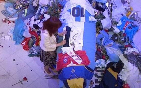 Cristina Kirchner dejó un recuerdo sobre el féretro de Diego Maradona