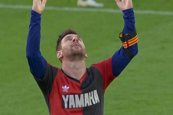 Messi con la camiseta que usó Maradona en Newell´s