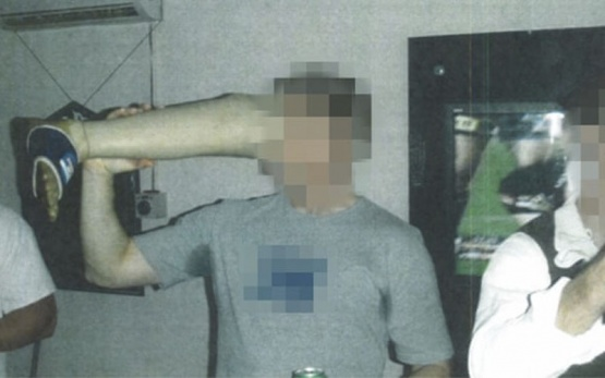 Soldados bebieron cerveza de la pierna ortopédica de un talibán muerto