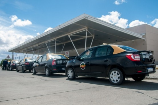 Los taxistas reclamaron en el aeropuerto. (Foto: Leandro Franco).