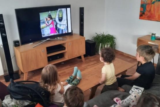 """Un grupo de niños presencia desde el hogar la función virtual de la obra de teatro ambiental """"Odisea por sobrevivir""""."""