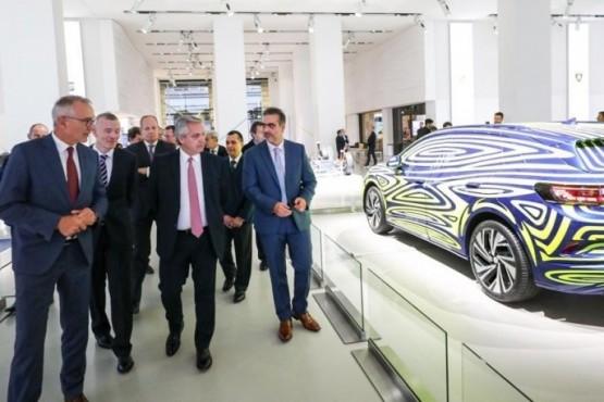 Alberto Fernández junto a autoridades del Grupo Volkswagen (Foto archivo).