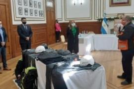 Santa Cruz  Alicia presente en la entrega de indumentaria a personal de la Dirección de Búsqueda y Rescate