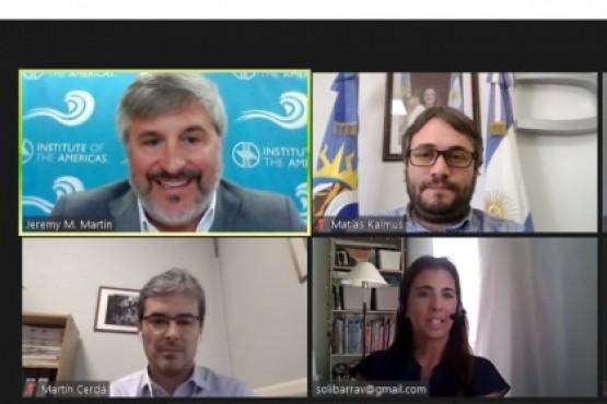 El presidente del IESC, Lic. Kalmus, en la mesa redonda sobre petróleo y gas en Argentina.