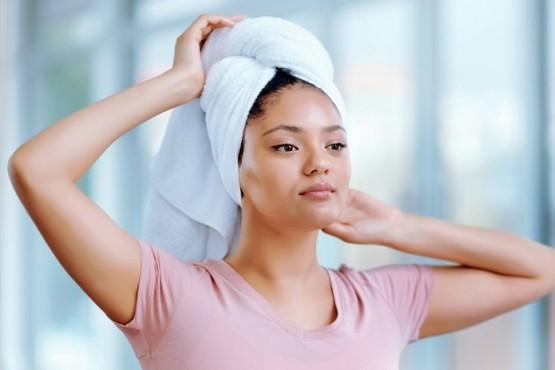 Mito o verdad: ¿Se puede secar el pelo con la misma toalla que la del cuerpo?