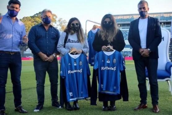 Dalma y Gianinna estuvieron en el homenaje que le hizo Gimnasia a Diego Maradona
