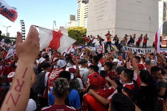 Miles de hinchas de River coparon el Obelisco celebraron otro aniversario de la final con Boca en Madrid