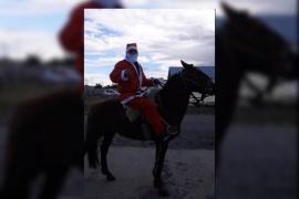 Papá Noel recorre Río Gallegos a caballo