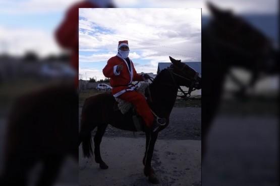 Papá Noel a caballo.