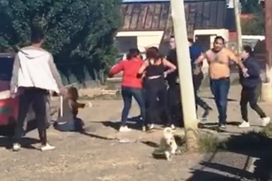 Detenidos por golpear a policías