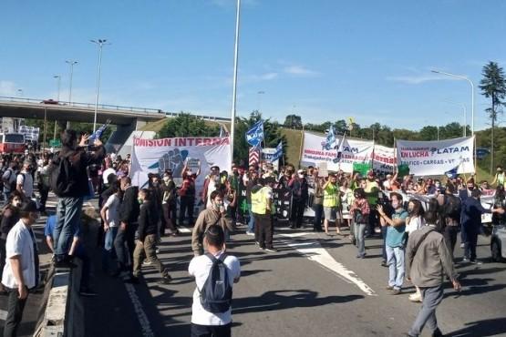 Aeronáuticos cortan el ingreso al aeropuerto de Ezeiza